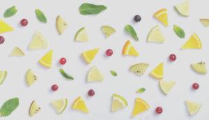cytryny limonki w plastrach oraz liście i żurawina na białym tle